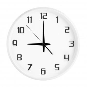 witte-ronde-bureauklok-die-negen-uur-toont-die-op-wit-wordt-geisoleerd-lege-witte-klok-met-21-00-of-09-00-uur_73762-322